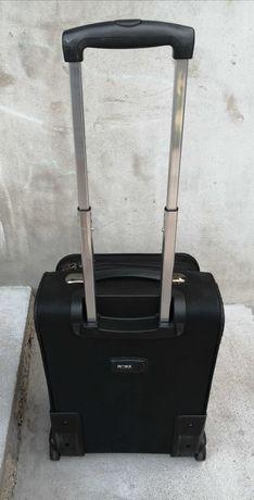 Черен куфар с колелца
