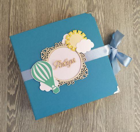 Бебешки скрапбук албум в синьо и мента, с балони и облаци /Модел 20.8/