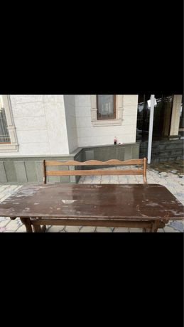 деревянный стол и скамейки