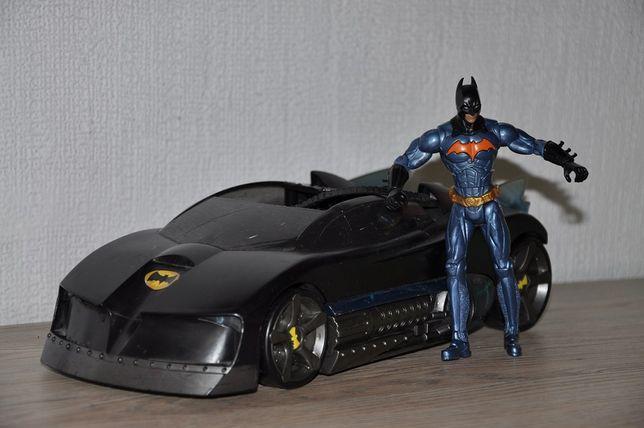 Машина бэтмана и сам Batman