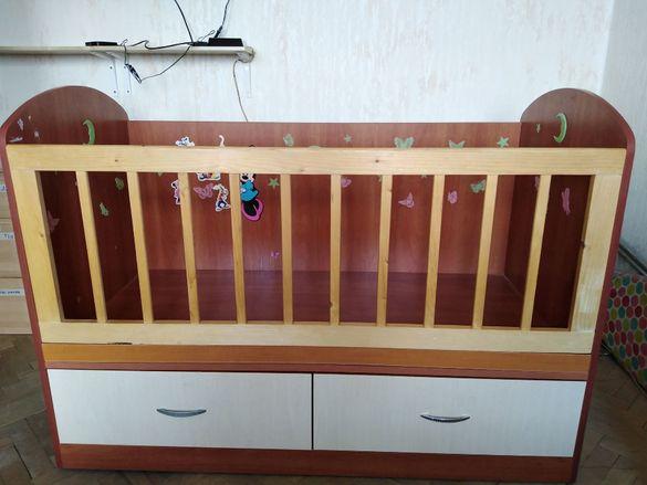 Продавам масивно детско легло