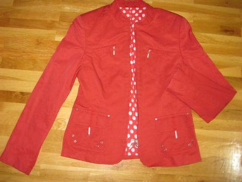 Червено яке с подарък