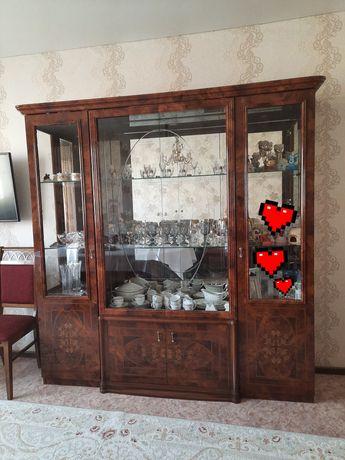 Гарнитур в гостиную производство Италия комод, сервант, стол, стулья