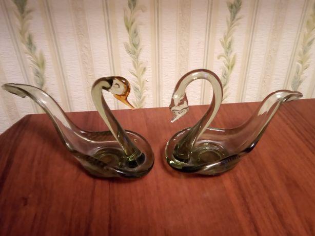 Пара лебедей из стекла.