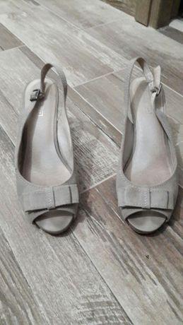 Vand pantofi decupati