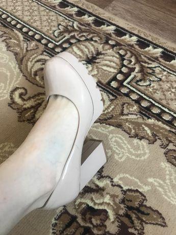 Продам бежевые туфли кожа