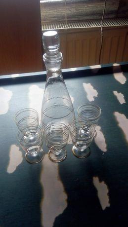 Шише и чашки за ракия