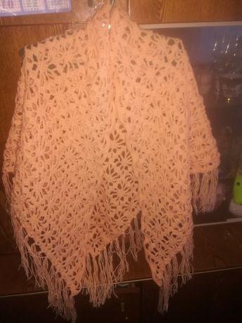 Вязаная шаль из пряжи