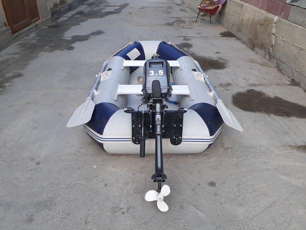 Лодка с мотором и седками