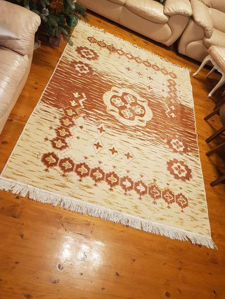 Covor vechi , din lana( are 30 de ani) Latime 1,63 Lungime 2,30 fara