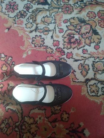 Продам туфли на девочку размер32 новый