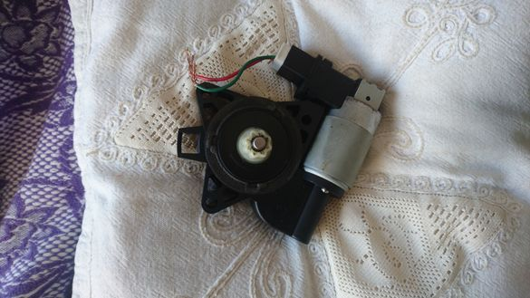 Електромотор за повдигане на стъклото на дясната предна врата на Mazda
