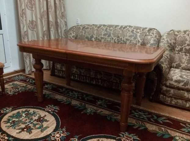 Продаю Элитный стол в комплекте со стульями в гостиную комнату!