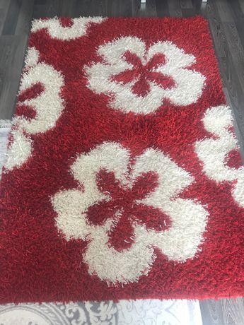 Червен килим на цветя