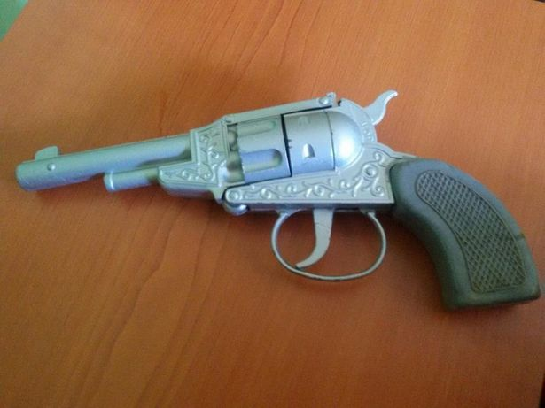 Pistol vechi cu capse