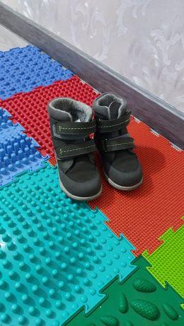 Продам ботинки детские осень