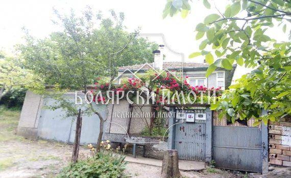 Къща с голям двор в село Ново Градище