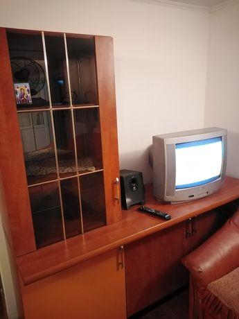 Comoda de televizor cu 3 uși și vitrina