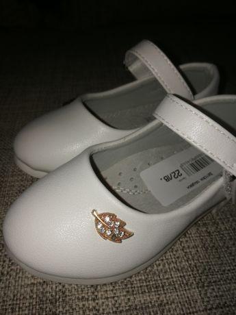 Нови бели детски обувки