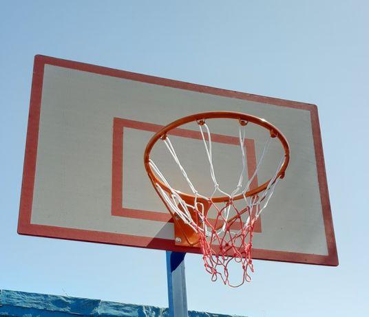 Баскетбольный щит с кольцом и сеткой.