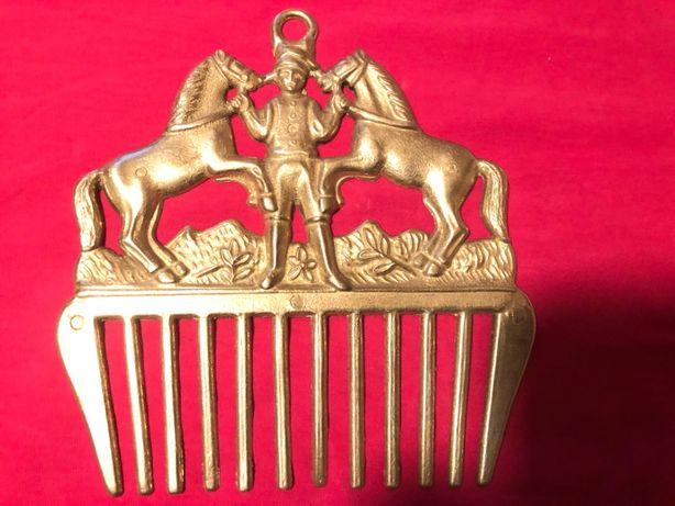 Pieptene ,piaptan vechi englezescdin bronz,cu cai