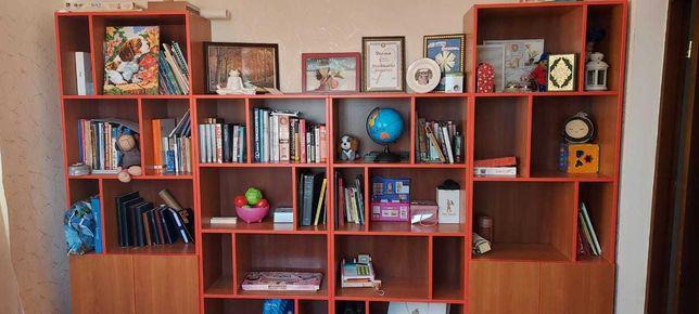 Книжный шкаф с полочками