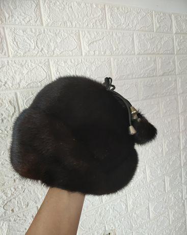 Черный облегающий платье и Чисто норковая шапка