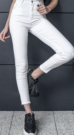 Бели дамски дънки
