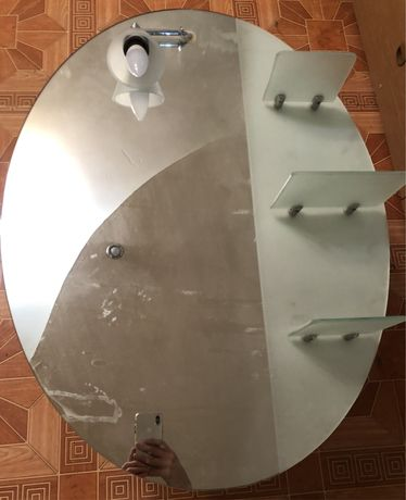 Зеркало для ванной со стекляными полочками и лампочкой