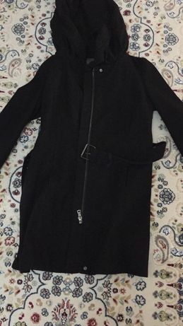 Срочно продам не дорого драповую куртку с капишоном цвет черный