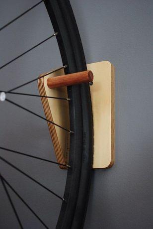 Стойка за колело от дърво