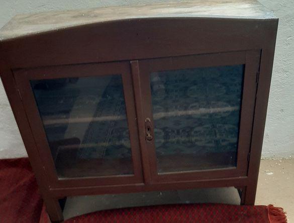Ретро дървена и стъклена холни масички ,и    старинна витрина