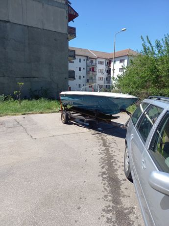 Vând barca cu motor și peridoc