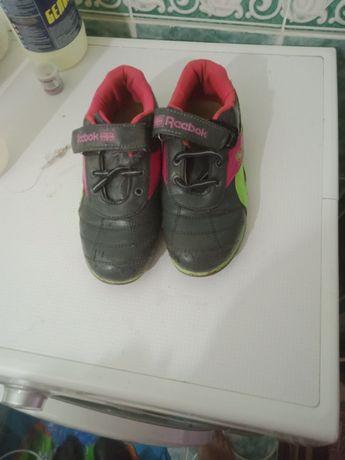 Кроссовки на девочку в хорошем состоянии не хватает шнурков
