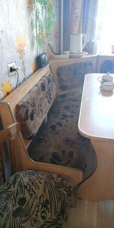 Кухонный гарнитур со столом и диваном