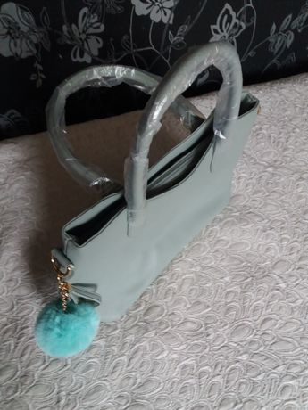 Чанта цвят мента,Има и по малка.Много качествена еко кожа.