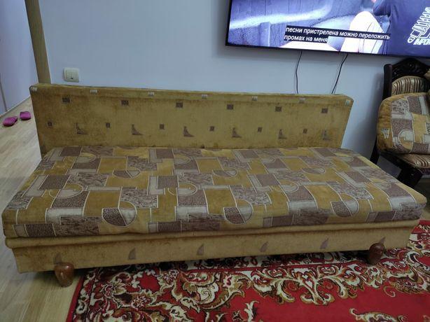Продам диван в гостиной
