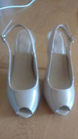 Vand pantofi cu platforma culoarea crem