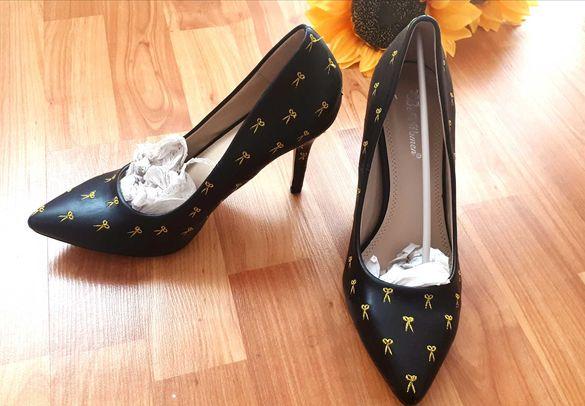 Дамски обувки с бродерия