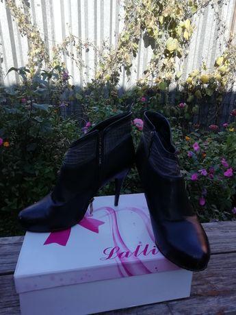 Продаются женские туфли.