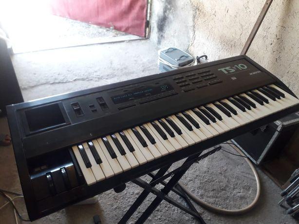 Синтезатор TS 10