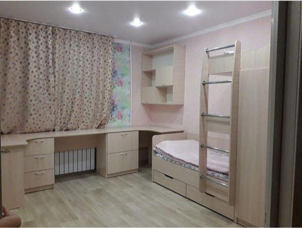 Детская кровать, стол и шкаф