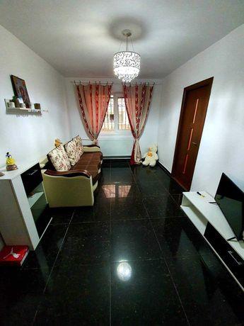 Inchiriez apartament 3 camere semidecomandat,zona casa de cultura.