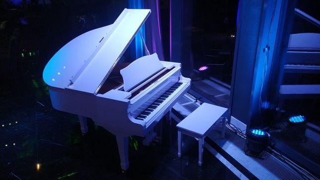 Рояль пианино белый для банкета торжества концерта фотосъемки