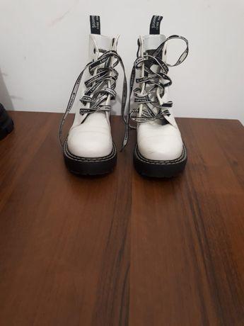 Продам обувь (белые 36 размер цена 5000),(черные 38 размер цена 5000)