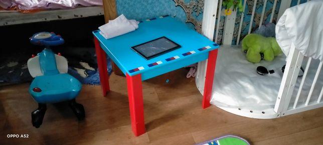 Детский стол с двумя стульчиками