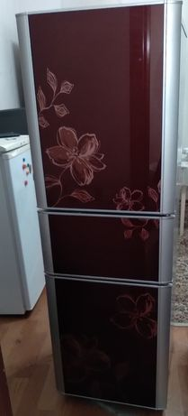 Продам срочноо  холодильник  LG трёх камерный  идеялном  состояние