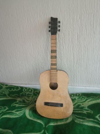 Гитара сделана из качественного дерева в хорошем состоянии
