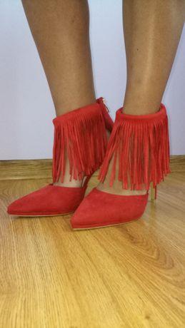 Чисто нови червени секси обувки с ресни