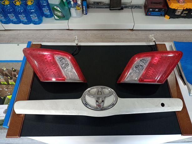 Задние фонари крышки багажника и рамка с логотипом Тойота Камри-40